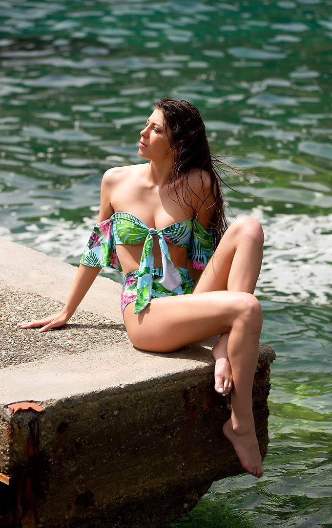 Stunning bandeau bikini with floral print and sleeves